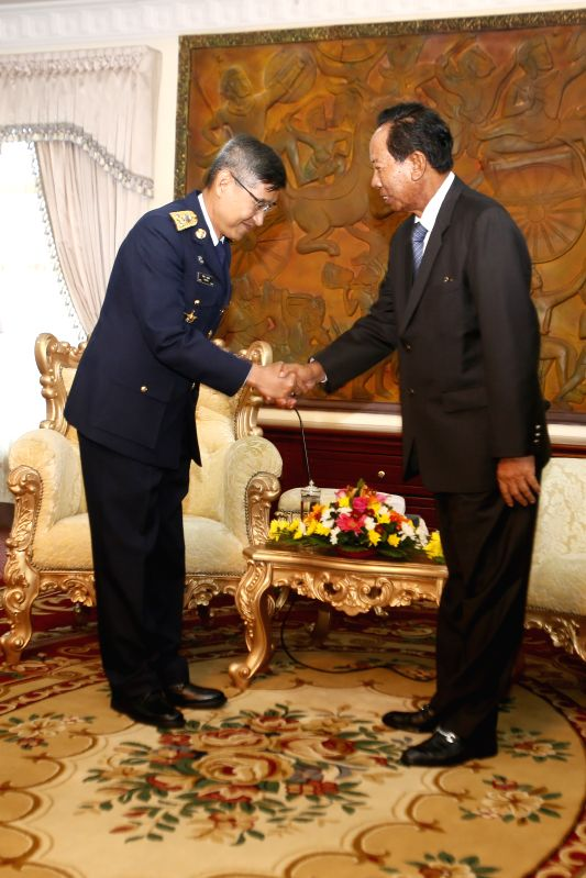 Cambodian Deputy Prime Minister and Defense Minister Tea Banh (R) shakes hands with Commander-in-Chief of the Royal Thai Air Force, Air Chief Marshal Treetod ... - Tea Banh