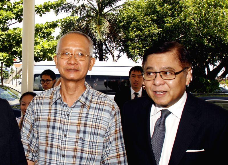 Thai yellow-shirt activist Veera Somkwamkid (L) and acting Thai foreign minister Sihasak Phuangketkeow appear at Phnom Penh International Airport in Phnom Penh, .. - Sihasak Phuangketkeow