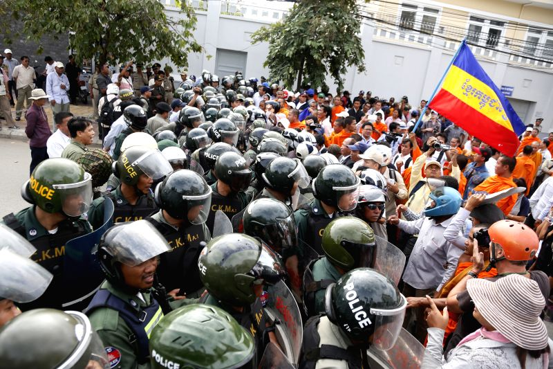 Security forces confront with protesters near the Vietnamese Embassy in Phnom Penh, Cambodia, July 8, 2014. Cambodian security forces on Tuesday morning dispersed
