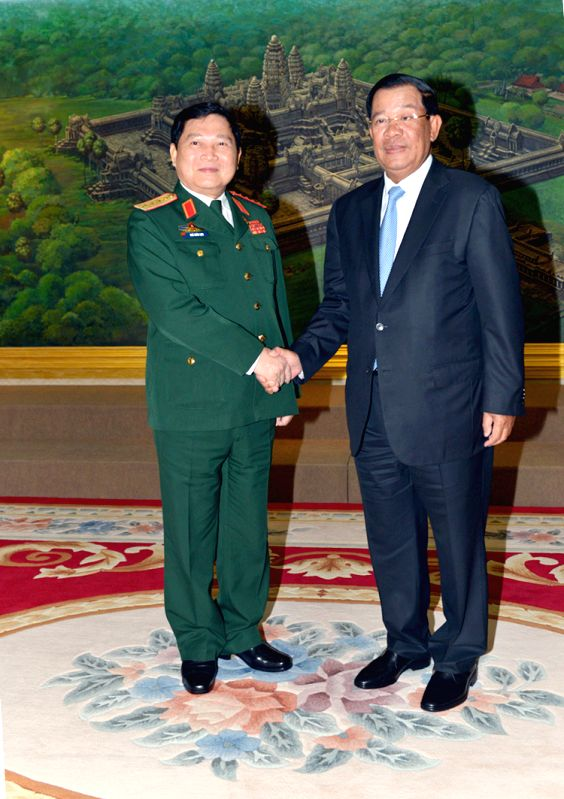 PHNOM PENH, May 31, 2016 - Cambodian Prime Minister Samdech Techo Hun Sen (R) shakes hands with Vietnamese Defence Minister Ngo Xuan Lich in Phnom Penh, Cambodia, May 31, 2016. Vietnamese Defence ... - Samdech Techo Hun Sen