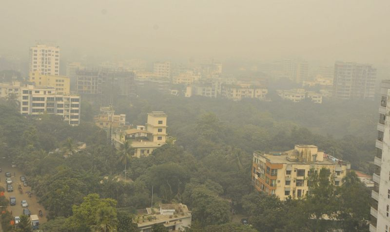 Photo taken on Dec. 3, 2015 shows buildings shrouded in fog in Dhaka, Bangladesh.