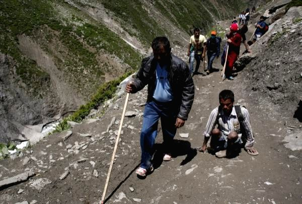 people almost reaching the amarnath holy cave