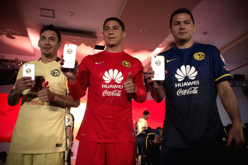 Players Rubens Sambueza (L), Hugo Gonzalez (C) and Pablo Aguilar(R) of America Football Club, participate during the presentation of the new sponsor of America ...