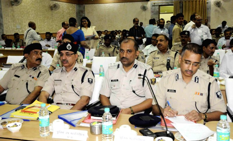 Police officials during a meeting with Bihar Chief Minister Jitan Ram Majhi in Patna on Aug 29, 2014. - Jitan Ram Majhi