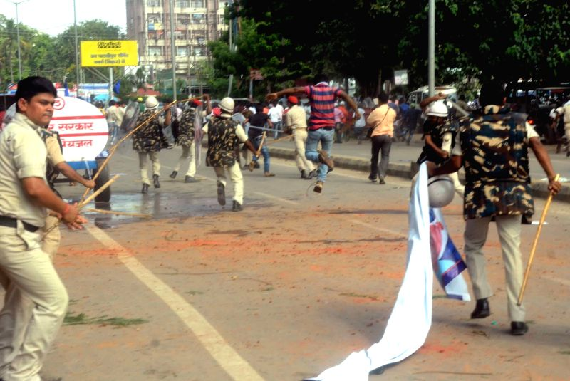 Police personnel charge batons to disperse students protesting against the scholarship scam in Patna on Aug 3, 2016.