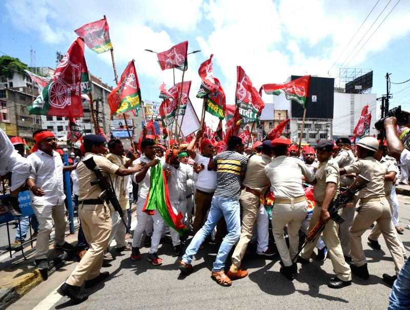 Police personnel stop SP workers participating in Kisan Aakrosh march, in Patna on Aug 9, 2018.