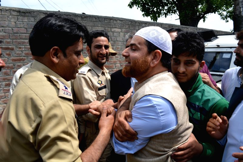 """Police take away Hurriyat Conference activists who gathered near the residence of Syed Ali Shah Geelani to participate in the seminar """"Present Situations and Our Responsibilities"""" ..."""