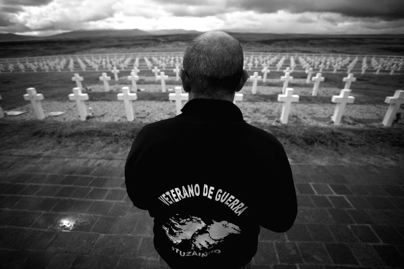 Image taken on March 13, 2013, shows Eduardo Miravetto, a veteran of the war in 1982, looking at the tombs of the Argentinean fallen soldiers during his visit at ... - Hector Timerman