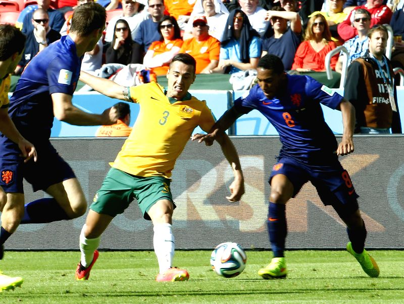 Australia's Jason Davidson (C) vies with Netherlands's Jonathan De Guzman (R) during a Group B match between Australia and Netherlands of 2014 FIFA World Cup ..