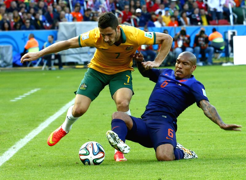 Australia's Matthew Leckie vies with Netherlands's Nigel de Jong during a Group B match between Australia and Netherlands of 2014 FIFA World Cup at the Estadio
