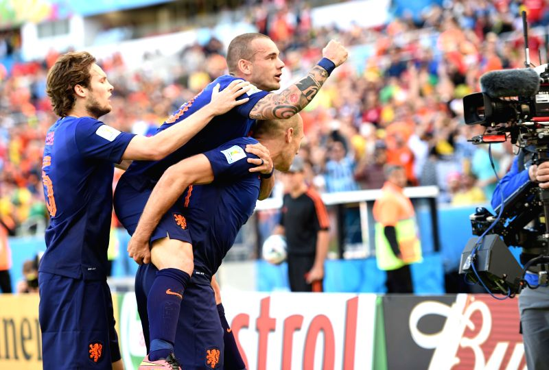 Netherlands' Arjen Robben (R) celebrates for his goal with his teammates during a Group B match between Australia and Netherlands of 2014 FIFA World Cup at the