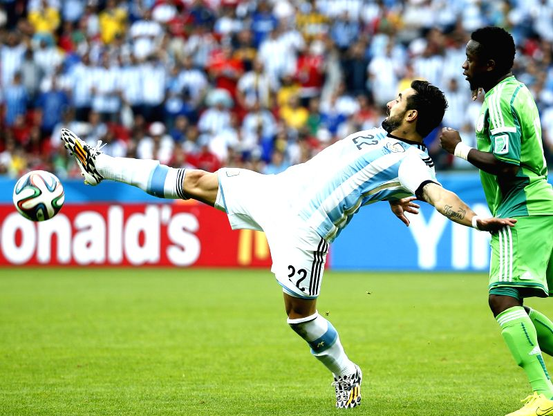 Argentina's Ezequiel Lavezzi (L) competes during a Group F match between Nigeria and Argentina of 2014 FIFA World Cup at the Estadio Beira-Rio Stadium in Porto