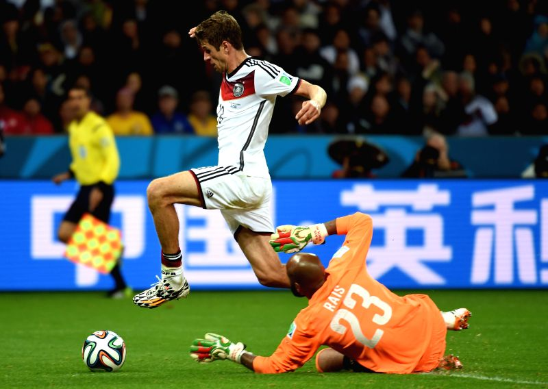 Germany's Thomas Muller (L) attacks during a Round of 16 match between Germany and Algeria of 2014 FIFA World Cup at the Estadio Beira-Rio Stadium in Porto ...