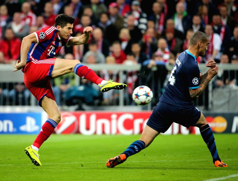 Bayern Munich's Robert Lewandowski (L) attacks during their UEFA Champions League quarterfinal match against FC Porto in Munich, Germany, on April. 21, 2015. Bayern ...