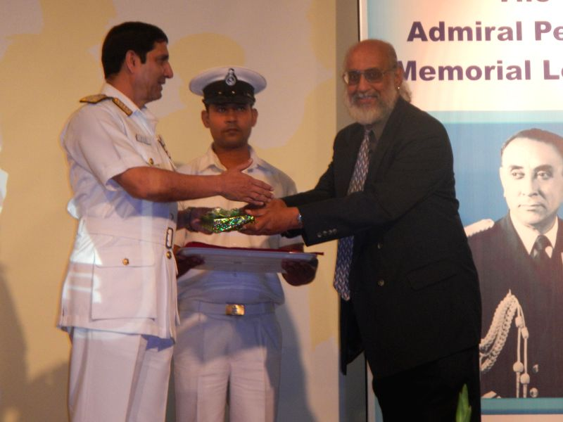 President of Navy Foundation Bangalore Chapter Cmde Ray D Souza presents a momento to Chief of Naval Staff Admiral R K Dhowan during Admiral Pereira Memorial Lecture organised in Bengaluru on Jan 10,
