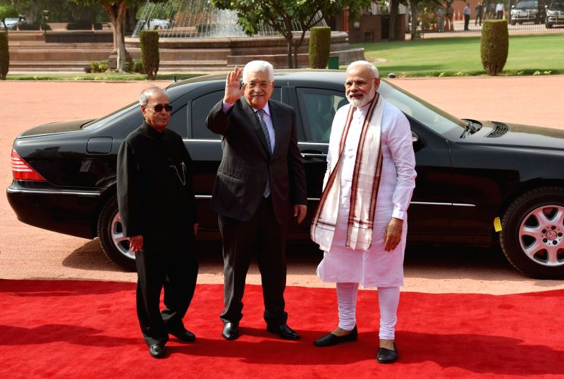President of the State of Palestine Mahmoud Abbas being received by the President Pranab Mukherjee and the Prime Minister Narendra Modi, at the Ceremonial Reception, at Rashtrapati Bhavan, ... - Narendra Modi and Pranab Mukherjee