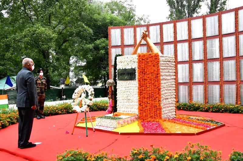 President pays homage to Kargil fallen heroes(PHOTO:Ram Nath Kovind/twitter)
