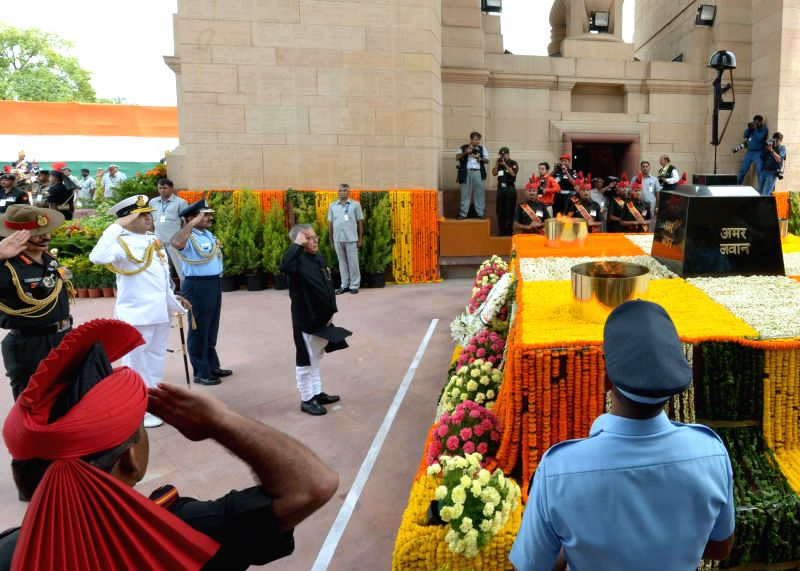 President Pranab Mukherjee along with Chief of Army Staff, General Dalbir Singh, Chief of Naval Staff, Admiral R.K. Dhowan and Chief of Air Staff, Air Chief Marshal Arup Raha, pays tribute to the ... - Pranab Mukherjee and Dalbir Singh