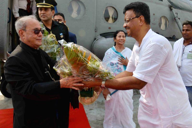 President Pranab Mukherjee arrives at Sonarpur Helipad of West Bengal on May 18, 2017. - Pranab Mukherjee