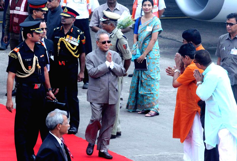 President Pranab Mukherjee being received by state minister Rachpal Singh, Chief Secretary Sanjay Mitra and others leaders at NSC Bose Airport in Kolkata on Aug 23, 2014. - Rachpal Singh