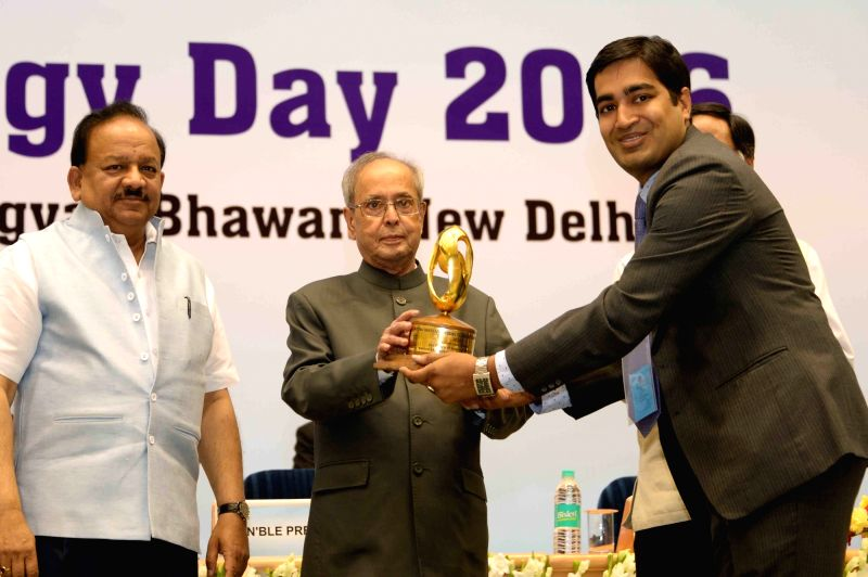 President Pranab Mukherjee during the National Technology Day celebrations at Vigyan Bhavan in New Delhi, on May 11, 2016. Also seen Union Minister for Science and Technology and Earth ... - Pranab Mukherjee