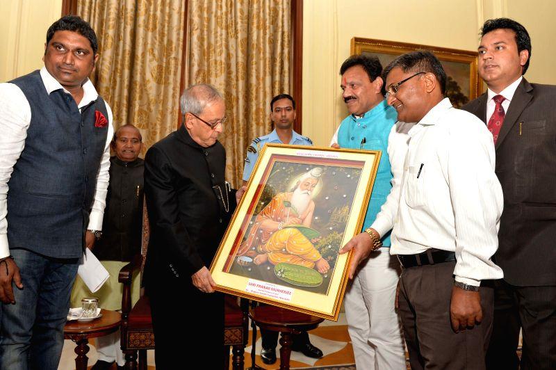 President Pranab Mukherjee  meets people from various organisations on Valmiki Jayanti in New Delhi, on Oct 27, 2015. - Pranab Mukherjee