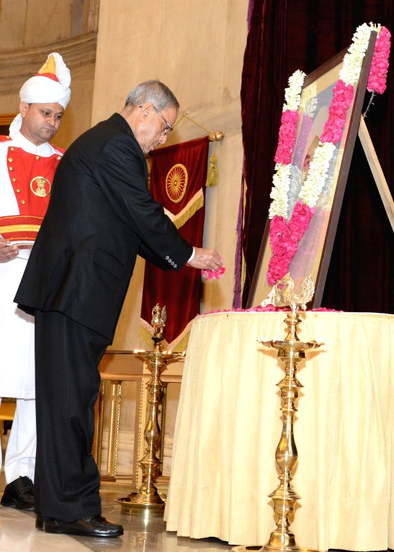 President Pranab Mukherjee pays floral tribute to former President of India Giani Zail Singh on his birth anniversary at Rashtrapati Bhavan in New Delhi on May 5, 2014. - Pranab Mukherjee