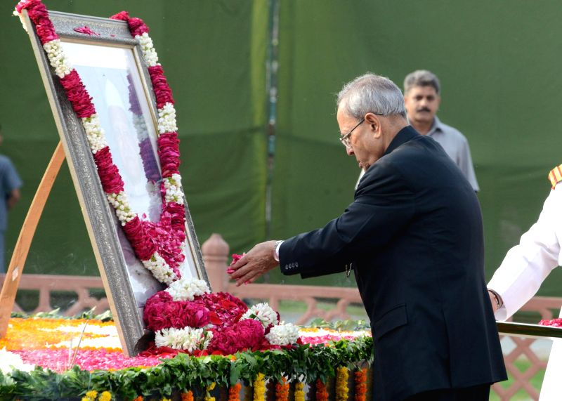 President Pranab Mukherjee pays floral tribute to Former President late Dr. Shanker Dayal Sharma on his 96th birth anniversary at his samadhi in New Delhi on Aug 19, 2014. - Pranab Mukherjee