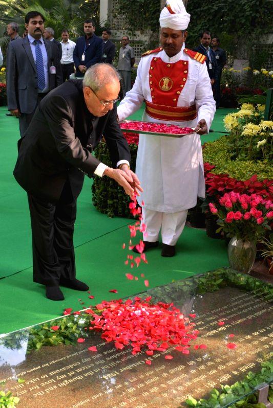 President Pranab Mukherjee pays floral tribute to former Prime Minister Indira Gandhi, on her 98th Birth Anniversary, at 1 Akbar Road, in New Delhi on Nov 19, 2015. - Pranab Mukherjee