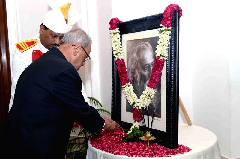 President Pranab Mukherjee pays floral tributes to Gurudev Rabindranath Tagore on his birth Anniversary at Rashtrapati Bhavan, in New Delhi on May 9, 2017. - Pranab Mukherjee
