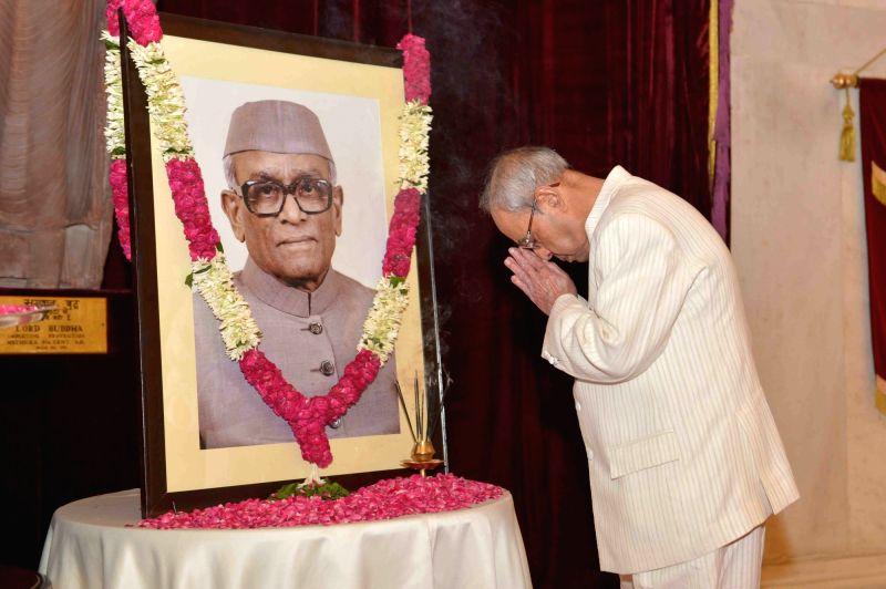 President Pranab Mukherjee pays homage to former President of India Neelam Sanjiva Reddy on his birth anniversary at Rashtrapati Bhavan, in New Delhi, on May 19, 2016. - Pranab Mukherjee and Neelam Sanjiva Reddy