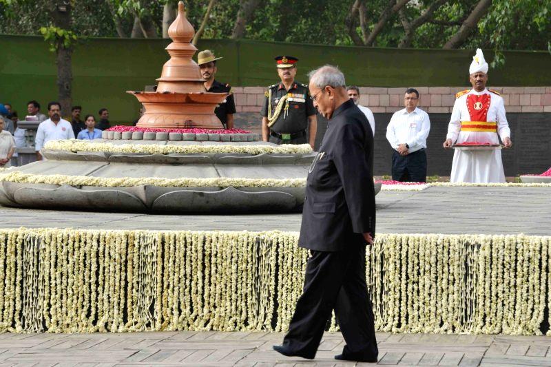 President Pranab Mukherjee pays tribute to former prime minister Rajiv Gandhi on his death anniversary at Vir Bhoomi in New Delhi on May 21, 2017. - Rajiv Gandhi and Pranab Mukherjee