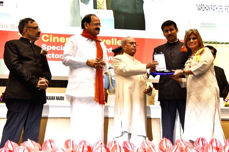 "President Pranab Mukherjee presents Rajat Kamal Award to Filmmaker Nina Sabnani for Best Animation Film, ""Hum Chitra Banate Hai"" at the 64th National Film Awards Function, in New ... - Nina Sabnani, M. Venkaiah Naidu, Pranab Mukherjee and Rajyavardhan Singh Rathore"