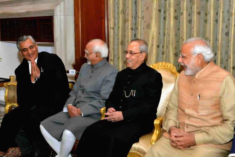 President Pranab Mukherjee, Vice-President Mohammad Hamid Ansari and Prime Minister Narendra Modi with the newly elected Chief Justice of India Justice Tirath Singh Thakur after the ... - Narendra Modi, Pranab Mukherjee and Tirath Singh Thakur