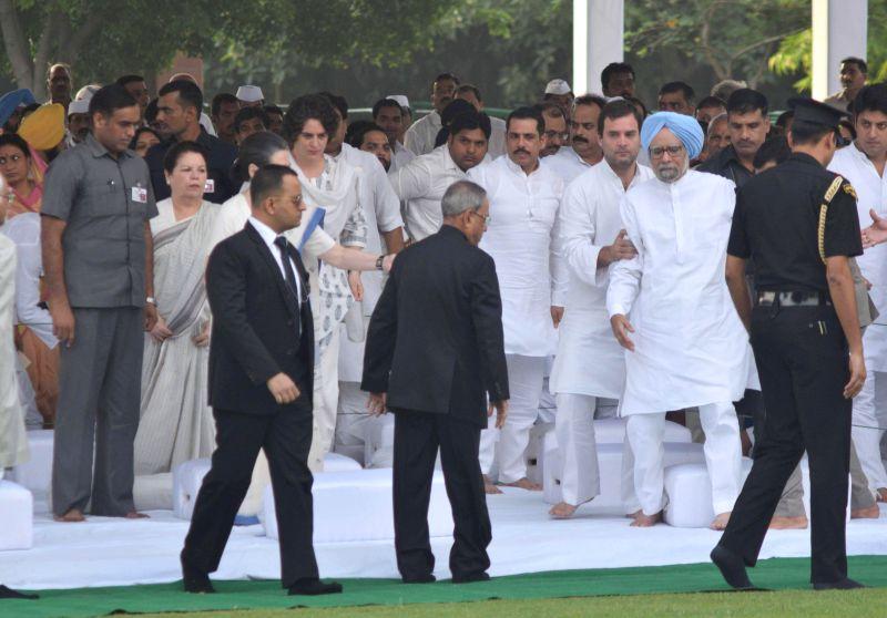 President Pranab Mukherjee, Vice President Hamid Ansari, former Prime Minister Manmohan Singh, Congress president Sonia Gandhi and Congress vice president Rahul Gandhi paying homage at the samadhi of - Manmohan Singh, Pranab Mukherjee, Sonia Gandhi and Rahul Gandhi