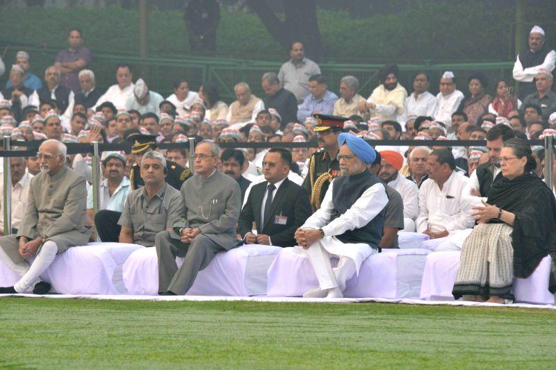 President Pranab Mukherjee, Vice President Hamid Ansari,  former Prime Minister Manmohan Singh and Congress president Sonia Gandhi paying homage at the Samadhi of Former Prime Minister ... - Manmohan Singh, Pranab Mukherjee and Sonia Gandhi