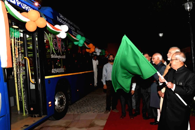 President Pranab Mukherjee, Vice President Hamid Ansari and Prime Minister Narendra Modi flagg off the Ho Ho bus at Rashtrapati Bhavan in New Delhi, on July 25, 2016. - Narendra Modi and Pranab Mukherjee