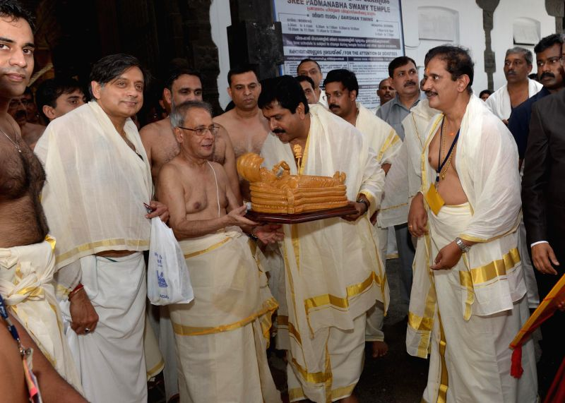 President Pranab Mukherjee with Congress leader Shashi Tharoor and others during his visit to Padmanabhaswamy Temple in Thiruvananthapuram on July 19, 2014. - Shashi Tharoor