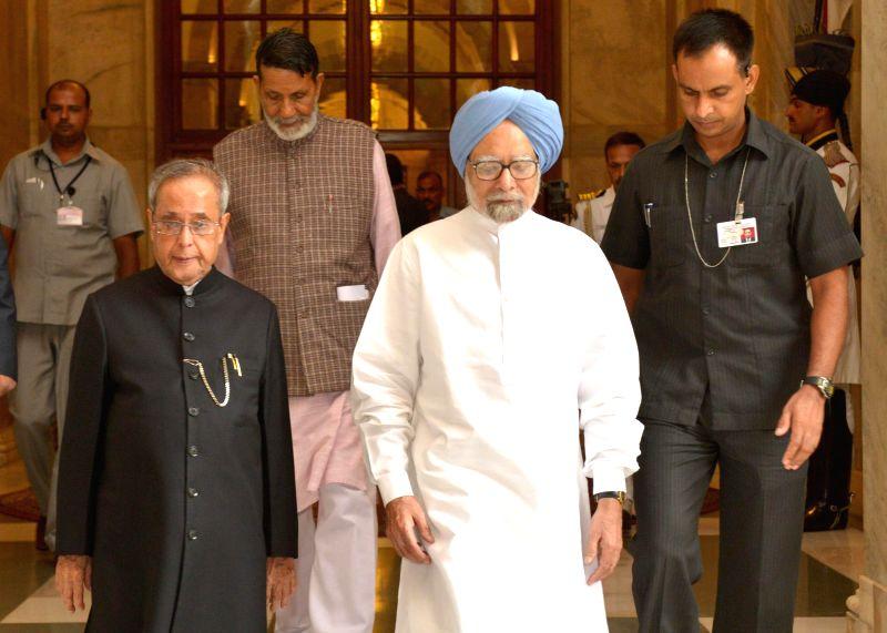 President Pranab Mukherjee with former Prime Minister Manmohan Singh during Gandhi Peace Prize distribution ceremony at Rashtrapati Bhavan in New Delhi on July 15, 2014. - Manmohan Singh and Pranab Mukherjee