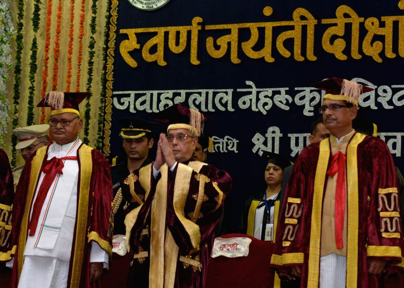 President Pranab Mukherjee with Madhya Pradesh Chief Minister Shivraj Singh Chouhan during the golden jubilee convocation of Jawaharlal Nehru Krishi Vishwa Vidyalaya at Jabalpur in Madhya Pradesh on . - Shivraj Singh Chouhan and Pranab Mukherjee