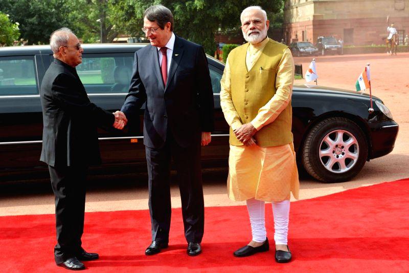 President Pranab Mukherjee with Prime Minister Narendra Modi receives Nicos Anastasiades, President of the Republic of Cyprus during his ceremonial reception at forecourt in Rashtrapati ... - Narendra Modi and Pranab Mukherjee