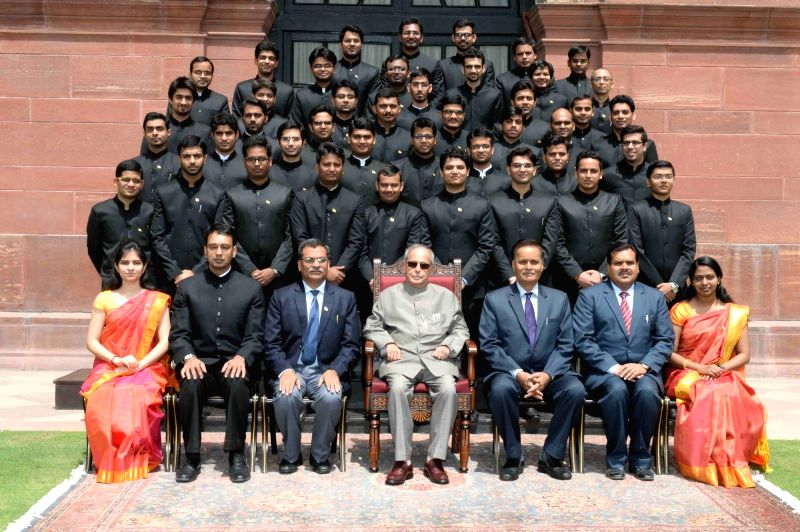 President Pranab Mukherjee with the officers of the Indian Engineering Services (IES) of 2013 and 2014 batch posted in the Ministry of Road Transport and Highways, at Rashtrapati Bhavan, ... - Pranab Mukherjee