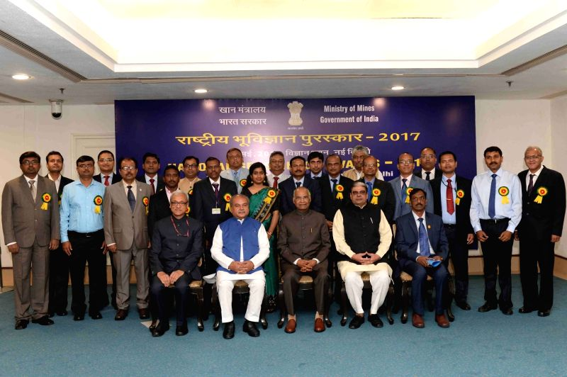 President Ram Nath Kovind and Union Panchayati Raj, Rural Development and Mining Minister Narendra Singh Tomar with the recipients of  National Geoscience Awards 2017, in New Delhi on May ... - Narendra Singh Tomar and Nath Kovind