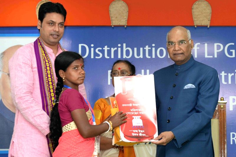 President Ram Nath Kovind, hands over LPG connection documents to beneficiaries under Pradhan Mantri Ujjwala Yojana at Raj Bhavan in Agartala, on June 8, 2017. - Nath Kovind