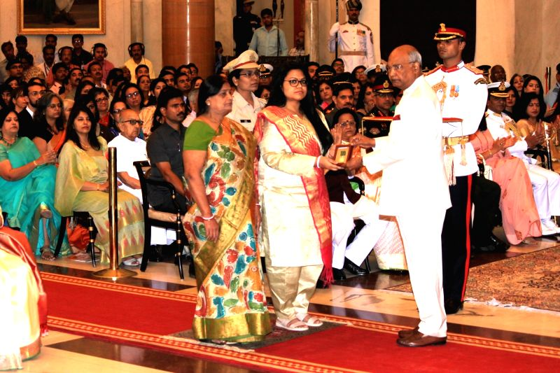 President Ram Nath Kovind presents Kirti Chakra to Commandant Pramod Kumar (Posthumously) during Defence Investiture - II ceremony at Rashtrapati Bhawan in New Delhi on April 23, 2018. - Nath Kovind and Pramod Kumar