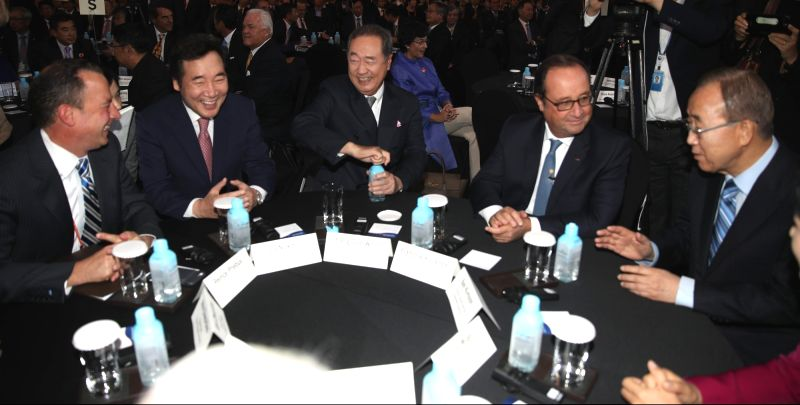 Prime Minister Lee Nak-yeon (2nd from L) speaks with participants during the opening ceremony of a world knowledge forum in Seoul on Oct. 17, 2017. - Lee Nak