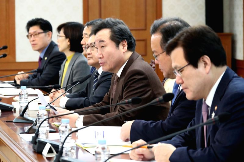 Prime Minister Lee Nak-yon (3rd from R) presides over a Cabinet meeting at the National Assembly in downtown Seoul on Feb. 1, 2018. - Lee Nak
