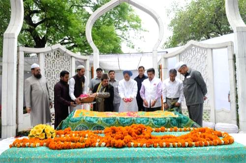 Prime Minister Manmohan Singh pays floral tribute to former President of India Fakhruddin Ali Ahmed at his mazar on his birth anniversary at Rashtrapati Bhavan in New Delhi on May 13, 2014. - Manmohan Singh
