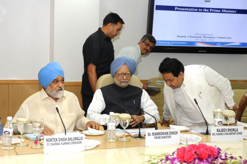 Prime Minister Manmohan Singh with Deputy Chairman of Planning Commission, Montek Singh Ahluwalia and Minister of State Planning Rajiv Shukla during a meeting of the Planning Commission in New Delhi . - Manmohan Singh and Montek Singh Ahluwalia
