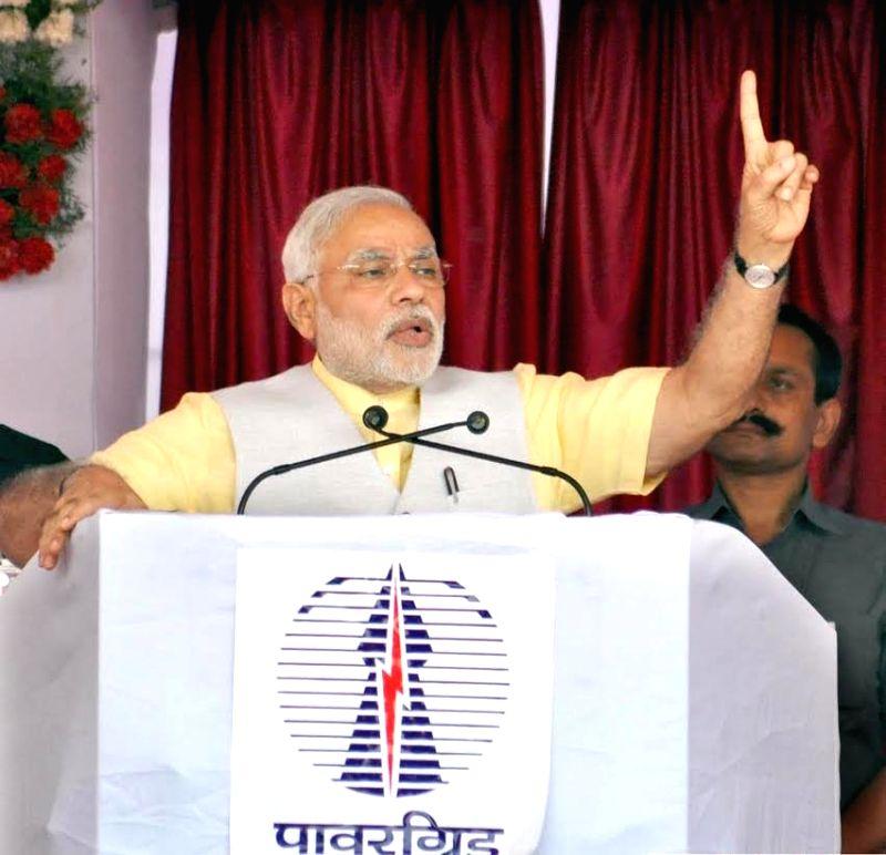 Prime Minister Narendra Modi addresses after dedicating 765 kV Solapur - Raichur transmission lines at Solapur, Maharashtra on August 16, 2014. - Narendra Modi